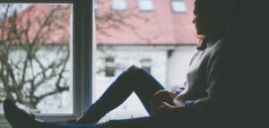 Frau mit Depressionen am Fenster
